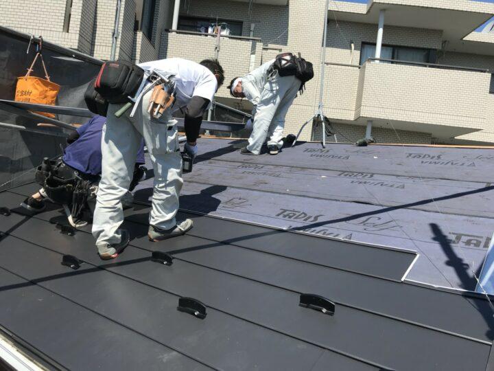 屋根材葺き中